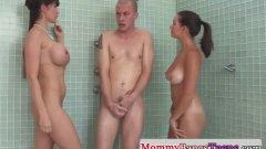 Грудастая мама присоединилась к сексу парня с дочкой в душе