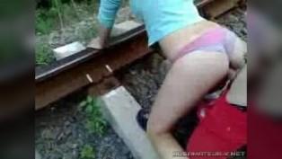 Секс по-быстрому на путях железной дороге