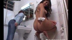 Молодая копрофилка какает с подругой в туалете